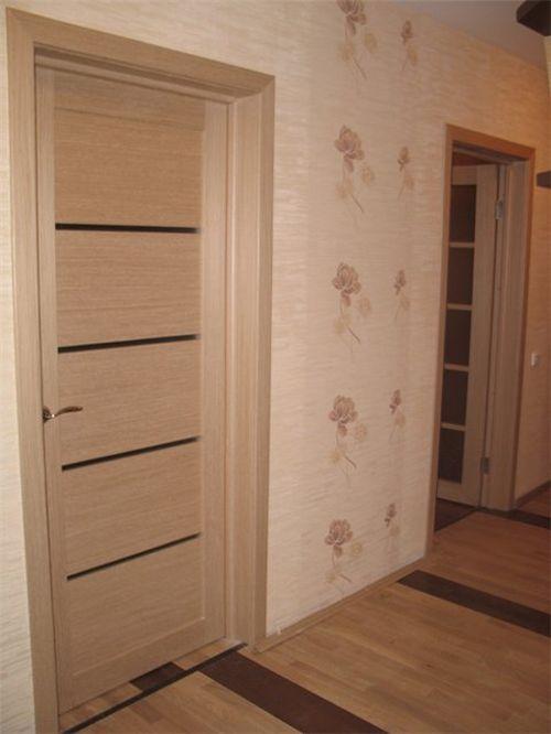 Світлі міжкімнатні двері в інтер'єрі квартири