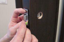 Установка дверної ручки на міжкімнатні двері