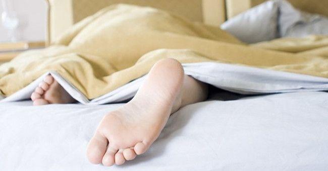 Чому не можна спати ногами до дверей: міфи і забобони