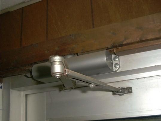 Як відремонтувати дверний доводчик самому