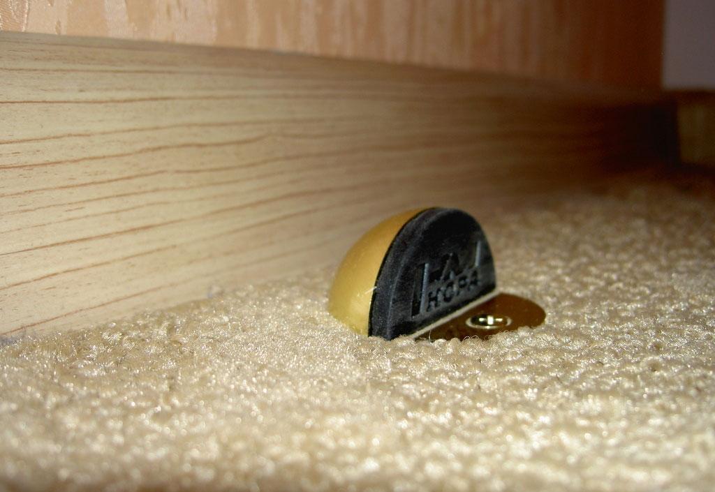 Підлогові і настінні обмежувачі відкривання дверей