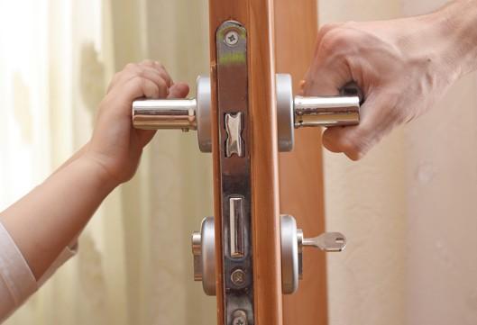 Чим і як змащувати вхідні двері