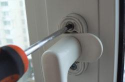 Як відремонтувати пластикові балконні двері самому