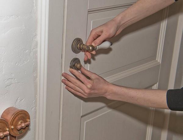 Ремонт дверних ручок вхідних дверей: що у них ламається і як це виправити