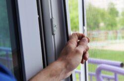 Москітна сітка на двері – елемент захисту приміщення